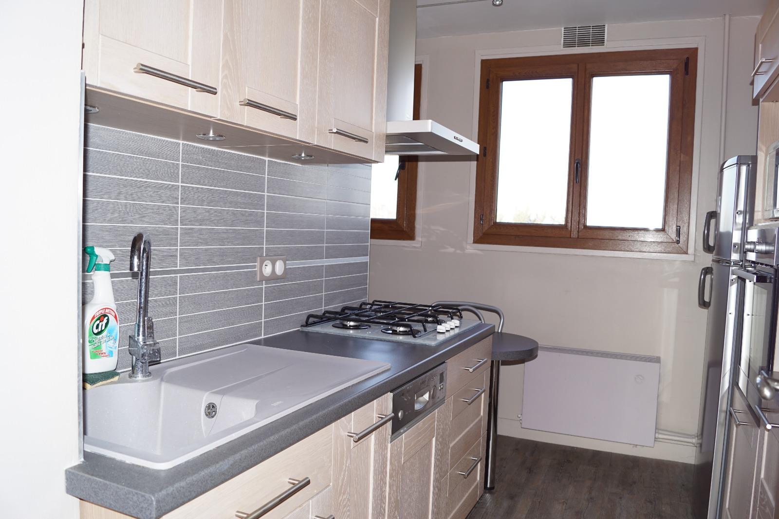 Aux portes de sens, appartement de 85 m² dans résidence sécurisée, 3 chambres, balcon, box/cave.