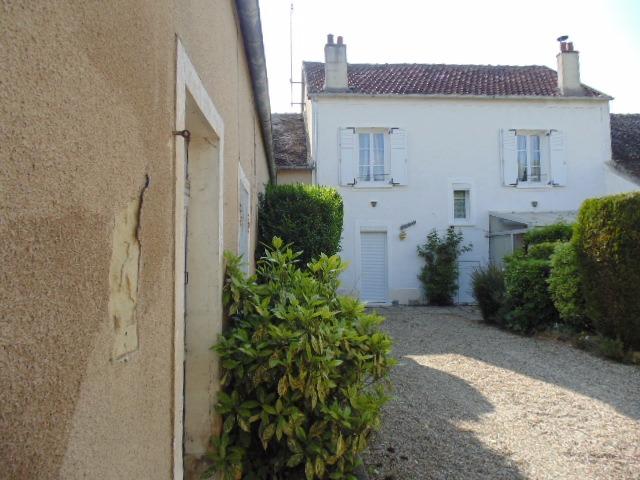 Aux portes de Montereau Fault Yonne, belle maison, grenier avec potentiel et dépendances.