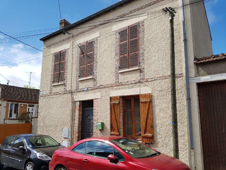 Centre ville de Pont sur Yonne, charmante villageoise d'environ 90 m² avec trois chambres