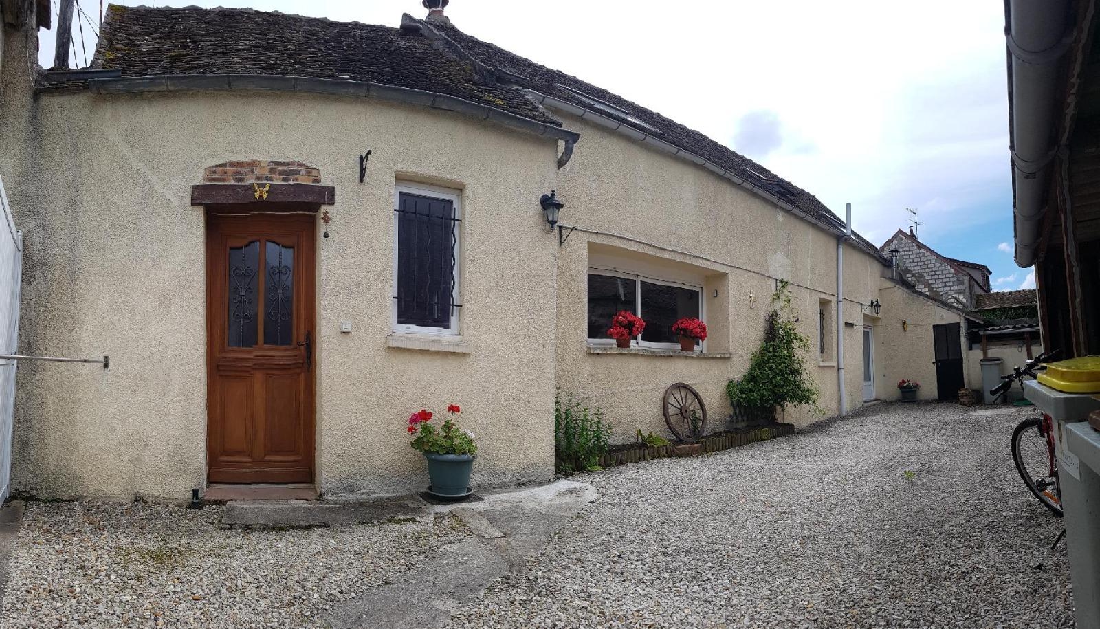 Secteur de Pont sur Yonne, belle villageoise rénovée de 3 chambres et grande cour
