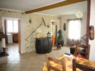 Aux portes de Montereau Fault Yonne, villageoise sur beau terrain de 1230 m� environ.