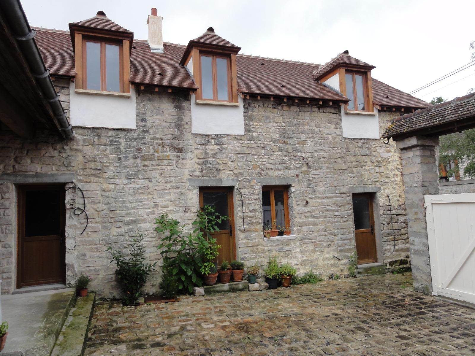 Maison ancienne en pierre coeur de village for Valeur maison ancienne