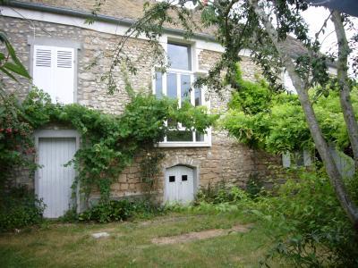 Maison ancienne en pierre avec pisicne