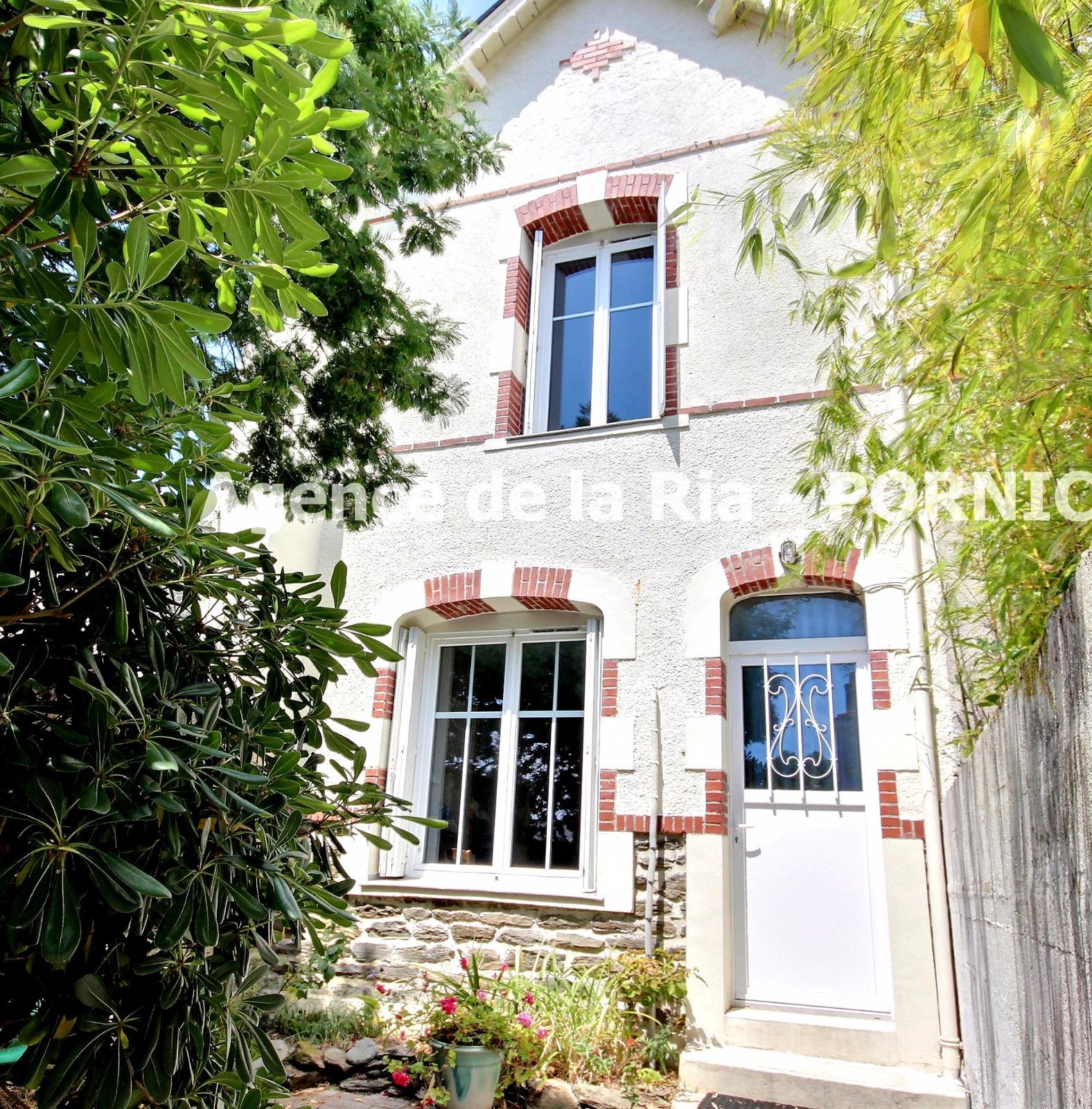 Maison de charme dans le bourg de sainte marie deux pas des commerces et plages agence de la for Asilo masi maison de charme