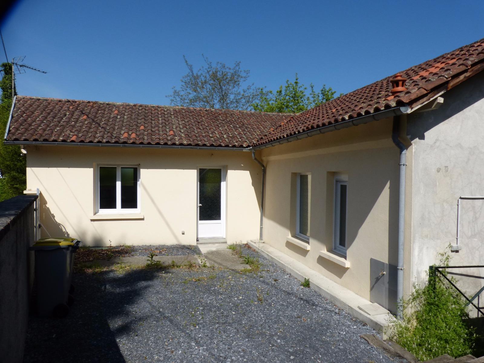 Proche nay vente maison de village avec 2 chambres et petit jardin - Petit jardin maison ...