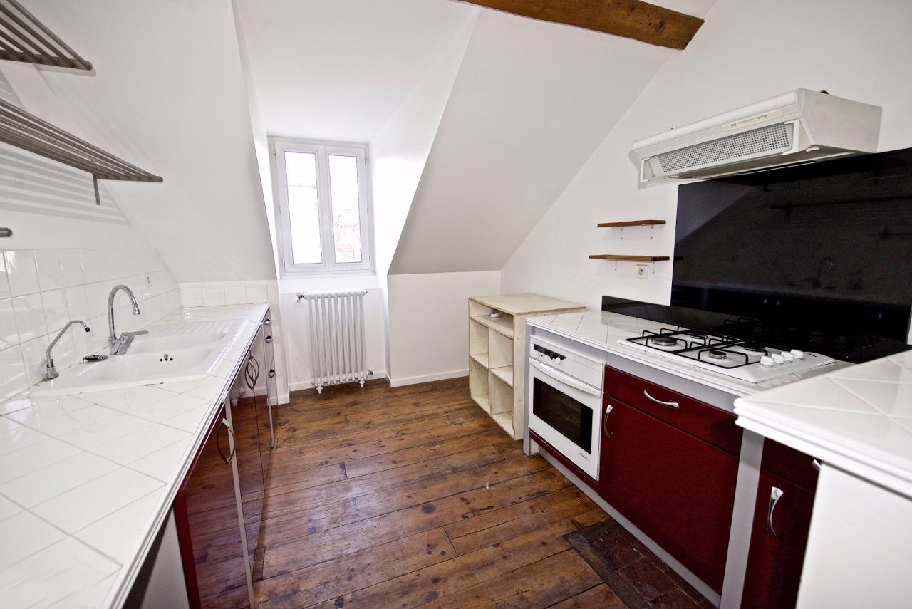 exclusivit pau le charme de l 39 ancien pour ce t3 en dernier tage avec cave. Black Bedroom Furniture Sets. Home Design Ideas