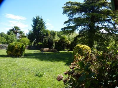 Vue: Proche NAY - Vente Belle béarnaise et ses dépendances sur superbe jardin, Proche NAY - Vente belle béarnaise et ses dépendances