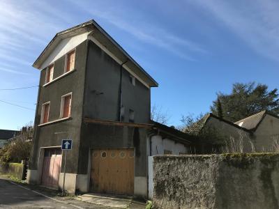 Vue: NAY Centre - Vente maison de ville à rénover avec jardinet et garage, NAY - Vente maison de ville à rénover avec petit espace extérieur et garage au centre ville