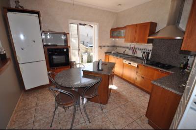 Vue: EXCLUSIVITÉ LONS, Maison 5 chambres- Cuisine, EXCLUSIVITÉ LONS, Maison 5 chambres avec vie de plain pied sur 2000 m² de terrain