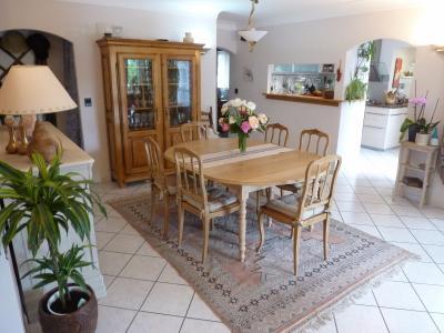 Vue: LONS- Maison 6 chambres-Séjour, LONS, grande maison de 6 chambres, sur 980 m² de jardin avec piscine.