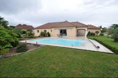 Vue: BUROS, A VENDRE, Maison 4 chambres - Extérieur, BUROS, A VENDRE, Maison de 163 m² de plain-pied, sur 2 400 m² de terrain avec piscine
