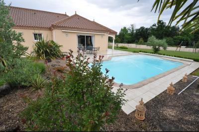 Vue: BUROS, A VENDRE, Maison 4 chambres - Exterieur, BUROS, A VENDRE, Maison de 163 m² de plain-pied, sur 2 400 m² de terrain avec piscine