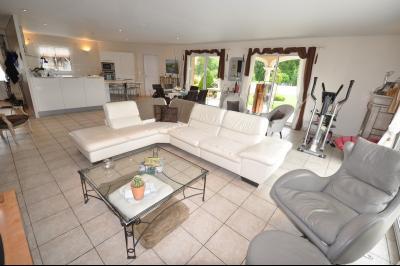 Vue: BUROS, A VENDRE, Maison 4 chambres - Séjour, BUROS, A VENDRE, Maison de 163 m² de plain-pied, sur 2 400 m² de terrain avec piscine