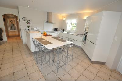 Vue: BUROS, A VENDRE, Maison 4 chambres - Cuisine, BUROS, A VENDRE, Maison de 163 m² de plain-pied, sur 2 400 m² de terrain avec piscine