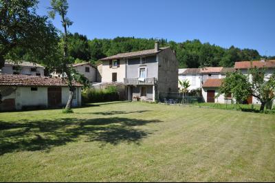 Vue: face sud sur jardin, Maison de village avec terrain de 1500m2 plein sud