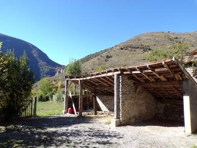 Maison de village avec terrain de 600 m² environ et vue sur les montagnes.