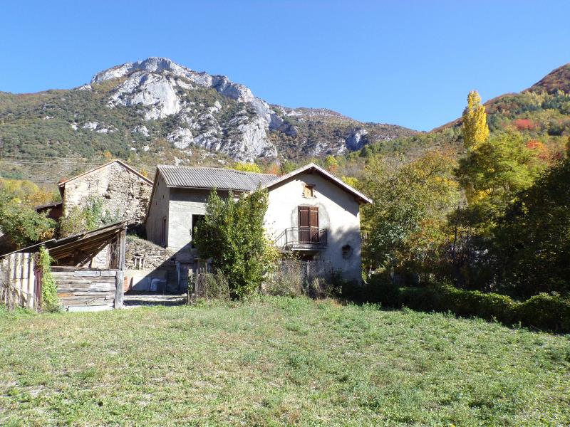 Maison de village avec terrain de 600 m� environ et vue sur les montagnes.