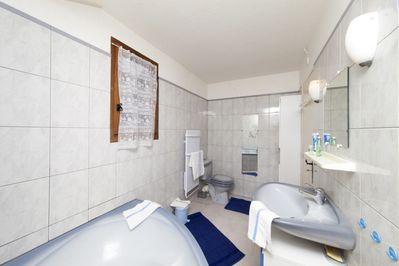Vue: salle de bains, Chalet  de Montagne � Erc�