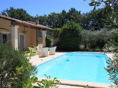 Location saisonnière à Gordes avec 4 chambres, piscine et grand jardin. GORDES