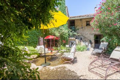Beau mas de village dans le Luberon avec jardin et piscine. MAUBEC