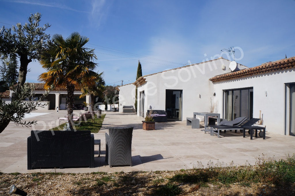 Cucuron - Superbe villa contemporaine de plain-pied avec piscine et dépendances