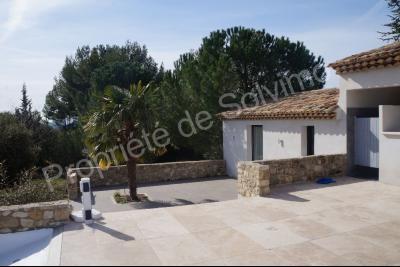 Cucuron - Superbe villa contemporaine de plain-pied avec piscine et d�pendances