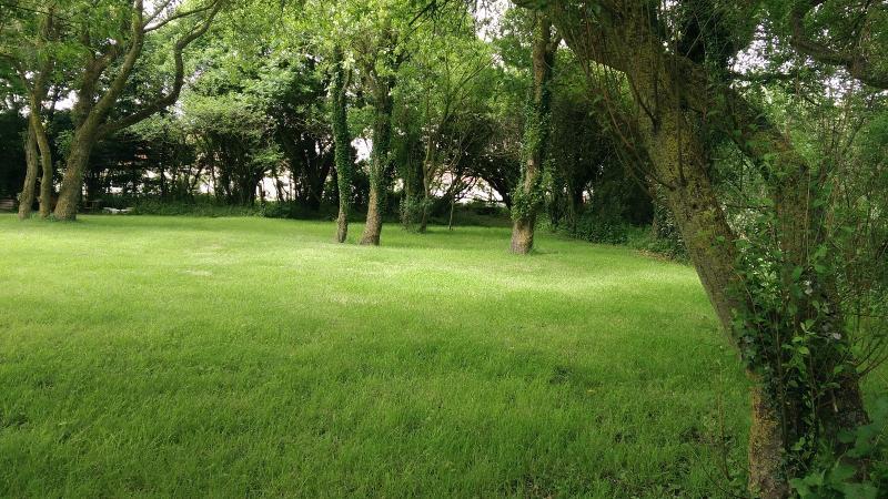 Parcelle de terrain arborée de 1300 m², proche du golf, à viabiliser.