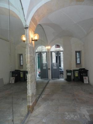 Vue: entr�e immeuble, BORDEAUX Porte Cailhau JOLI T1 MEUBLE - 31 M� RENOVE - PROCHE TRAM