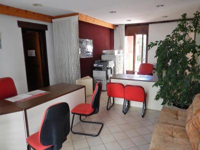 maison de ville avec arcades commerciales et appartements vendre sur la commune d 39 annemasse. Black Bedroom Furniture Sets. Home Design Ideas