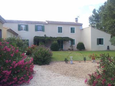 Vue: Propriété à Saint Rémy de Provence cour maison, Un mas provençal à vendre sur un parc de 3 hectares et demi à Saint Rémy de Provence