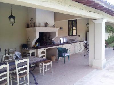 Vue: Propriété à Saint Rémy de Provence pool house, Un mas provençal à vendre sur un parc de 3 hectares et demi à Saint Rémy de Provence