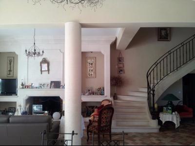 Vue: Propriété à Saint Rémy de Provence salon escalier, Un mas provençal à vendre sur un parc de 3 hectares et demi à Saint Rémy de Provence