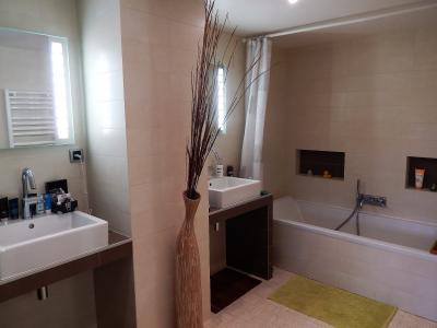 Vue: appartement t3 annemasse Salle de bains, Grand appartement neuf et contemporain à vendre au centre ville d