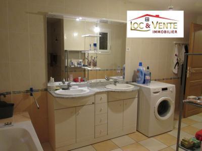 Vue: Salle de bain avec meuble 2 vasques, GANDRANGE - LOCATION - Appartement F6