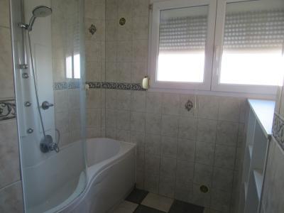 Vue: Salle de bain avec baignoire, Immobilier CLOUANGE (57185) Appartement