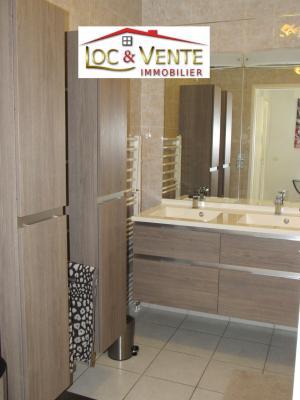 Vue: Salle de bain avec baignoire + meuble 2 vasques + colonnes de rangement, Vendu ROMBAS, Appartements 3 chambres - 98m2 + Terrasse