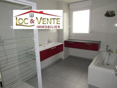 Vue: Salle de bain avec baignoire + douche + meuble 2 vasques + meuble rangement, Vente VOLSTROFF, Maison individuelle 136 m� - 7 pi�ces