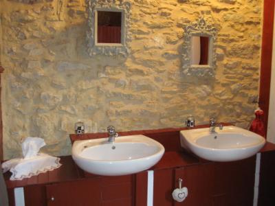 Dordogne,  Dans un village, charmante maison en pierre avec piscine