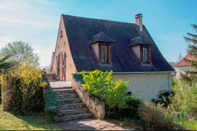 Lot, proche commerces, maison de bourg restaurée, beau jardin de 1215 m², idéal vacances. Salviac