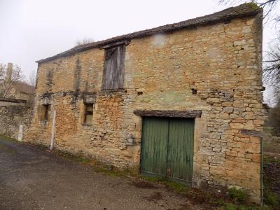 Lot, au coeur d'un village avec commerces, ensemble composé d'une maison et d'une grange. SALVIAC