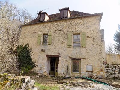 Lot limite Dordogne, situation dominante  pour cette maison en pierres avec 7500 m² de terrain Dégagnac