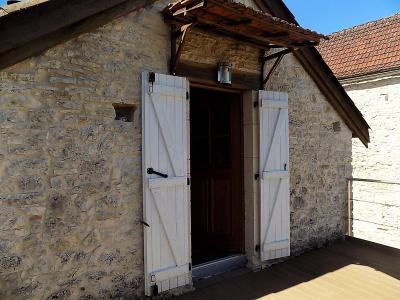Dans un hameau, jolie maison en pierres restaur�e avec go�t et mat�riaux de qualit�.