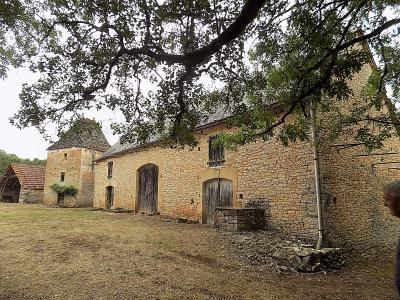 lot, dans un hameau, ensemble en pierre � r�nover, grange, pigeonnier et autres d�pendances sur 1 ha