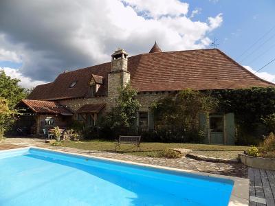 Lot, Superbe demeure en pierres  avec tour ronde, gîte, piscine et jardin de 7640 m² SALVIAC