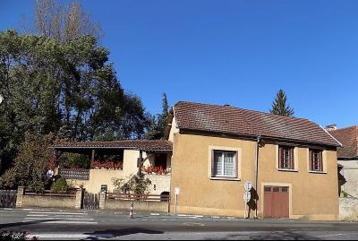Dans un village tous commerces et services, charmante maison avec un joli jardin et garage