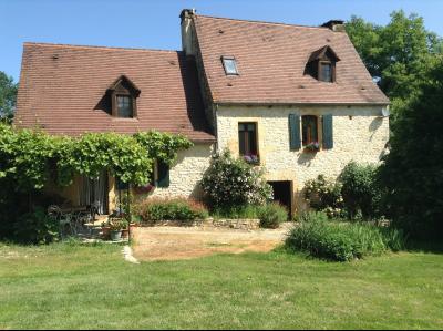Non loin de Gourdon, Charmante maison en pierres avec gîte et piscines sur 1 hectare arboré.