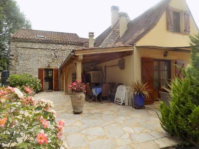 Situation dominante, charmante maison en pierres avec un superbe jardin et terrasses