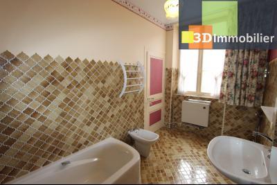 Lons-le-Saunier à 2 pas du centre ville, vends une maison de 12 pièces avec dépendances., SDB REZ-DE-CHAUSSEE