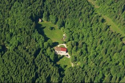 LES CROZETS (39), VENDS BELLE FERME RENOVEE DE 660 m2 AVEC GITE DE GROUPE SUR TERRAIN DE 23700 m2., SALLE D EAU DRESSING
