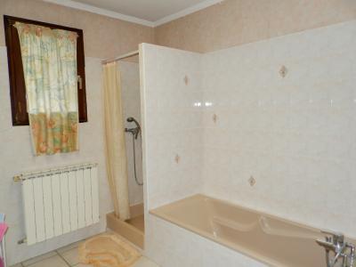 Vente proche BLETTERANS (39), maison individuelle 120 m² env., trois chambres, sur terrain 988 m², SALLE DE BAINS ET DOUCHE